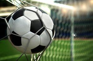ゴールに突き刺さるサッカーボール